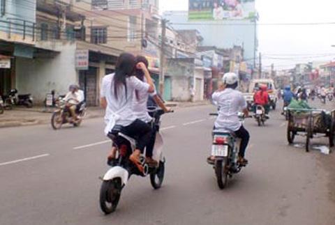 Những pha 'làm xiếc' khó tin của xe đạp điện 13