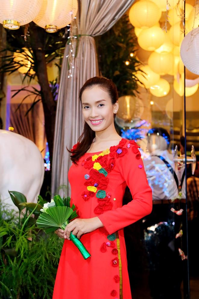 Em chồng xinh đẹp của Hà Tăng theo bố mẹ đi tiệc 15