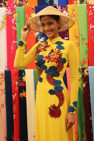 Trương Thị May chọn trang phục đến Miss Universe 1