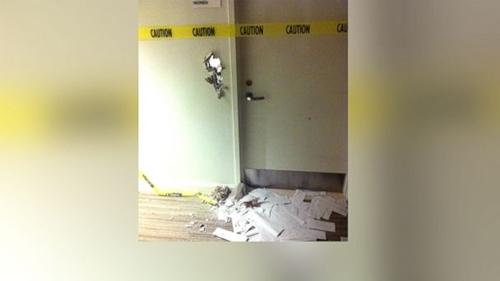 Đục thủng tường nhà vệ sinh sau 8 giờ bị mắc kẹt 1