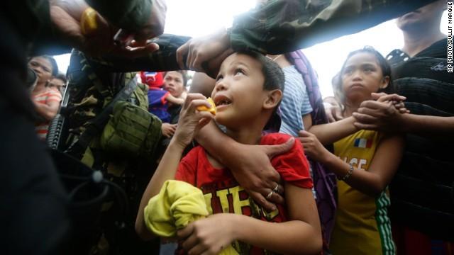 Hàng ngàn trẻ em vùng bão Philippines đổ ra đường xin ăn trong đói khát 5