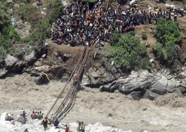 Thi thể nạn nhân chất chồng vì mưa lũ Ấn Độ 10