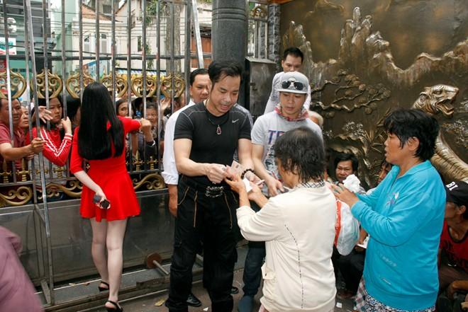 Hàng trăm người chờ Ngọc Sơn phát gạo, tiền mừng sinh nhật 7