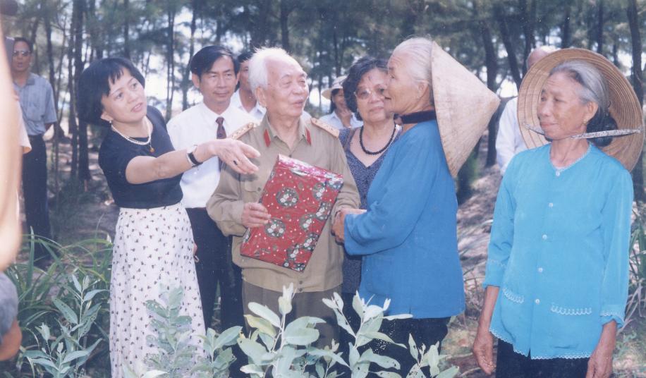 Đại tướng Võ Nguyên Giáp với những người dân quê nhà 1