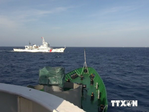 Tàu Trung Quốc cắt ngang đội hình cảnh sát biển 1