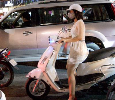 Nóng, con gái Hà Nội mặc xuyên thấu về đêm 6
