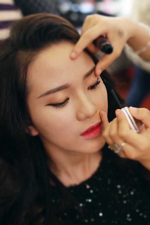 Make up che mụn với lớp nền mỏng mịn 7