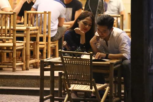 Hương Giang Idol và bạn trai đút cho nhau ăn ở quán vỉa hè 5
