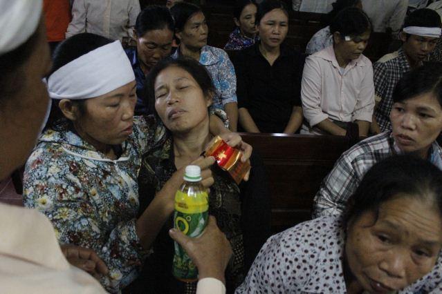 """Quang cảnh đầy nước mắt phiên tòa xử vụ """"quan tài diễu phố"""" 4"""