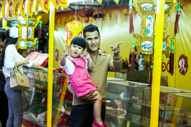 Con gái Phan Thanh Bình tinh nghịch khi được bố mẹ đưa đi mua sắm 11