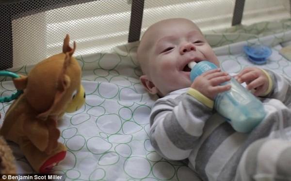 Clip xúc động của một người cha làm tặng con trai bị sinh non 18