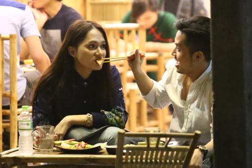 Hương Giang Idol và bạn trai đút cho nhau ăn ở quán vỉa hè 7