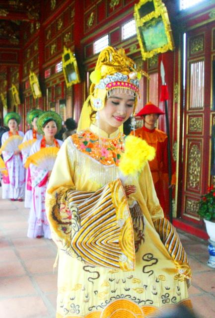 """Ngắm Hoàng hậu đẹp rạng ngời """"sống lại"""" trong cung vua Nguyễn 3"""