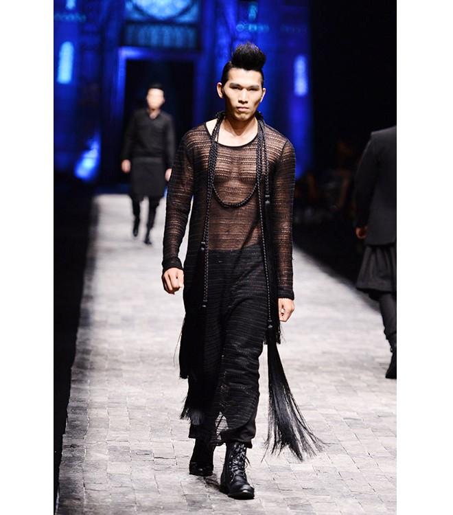 Khi người mẫu nam chuộng áo ren mỏng, váy xòe 2