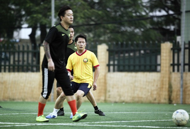 Vừa về đến Việt Nam, Bằng Kiều đã đối đầu Tuấn Hưng trên sân bóng 8