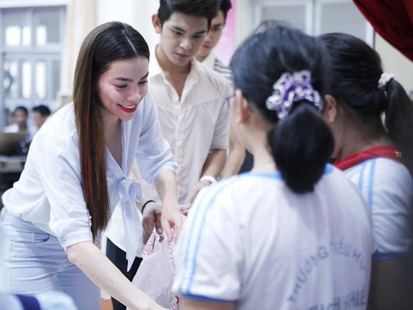 Hồ Ngọc Hà giản dị đi trao học bổng 3