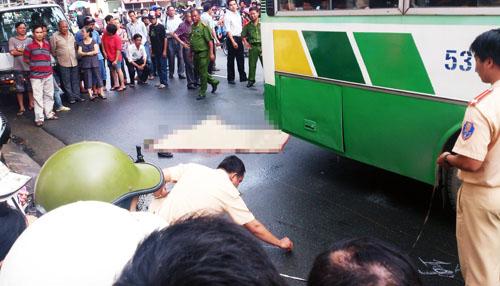 Nữ sinh viên chết thảm dưới bánh xe buýt 1