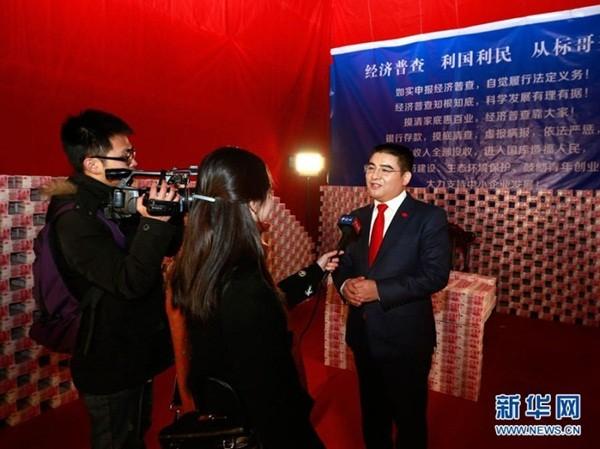 """Đại gia Trung Quốc gây sốc khi ngồi giữa """"núi"""" tiền 7"""