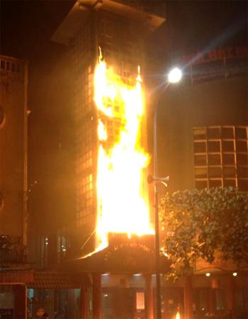 Cháy Nhà hát Múa rối gần Hồ Gươm 1