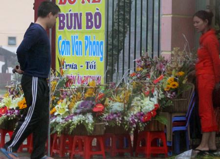 Đội mưa, vượt lũ, mua hoa cho người thương 3