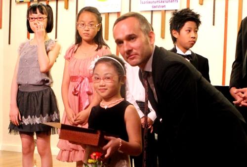 Bé gái 9 tuổi đoạt giải nhất cuộc thi piano quốc tế Mozart 2