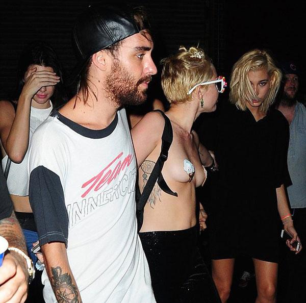 Nữ ca sĩ gây sốc khi gần như cởi trần đi dự tiệc 3