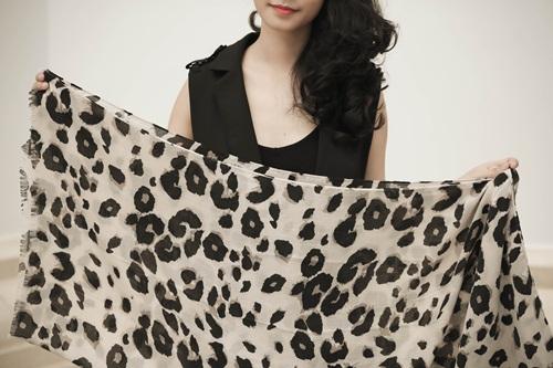 4 cách phối khăn lụa cùng blazer 7
