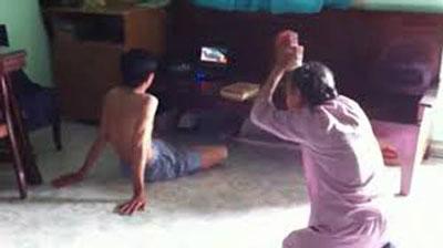 Clip mẹ già vái lạy: Người con trai là giáo viên 1