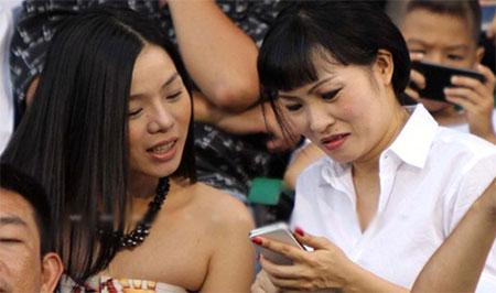 """Điện thoại của sao Việt: Khi smartphone, lúc... """"cục gạch"""" 11"""