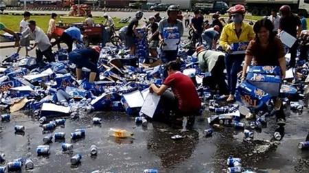 Người trót 'hôi của' xe bia lên tiếng xin lỗi 1