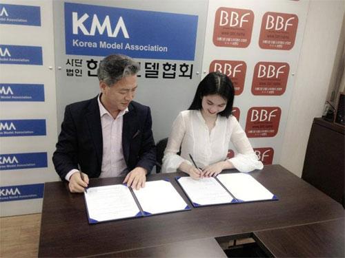 Ông bầu không rời Ngọc Trinh nửa bước tại Hàn Quốc 4