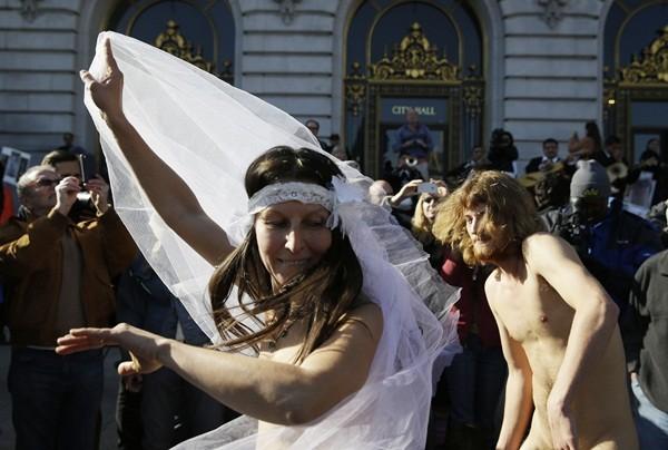 Cặp đôi khỏa thân làm đám cưới giữa đường phố đông đúc 2