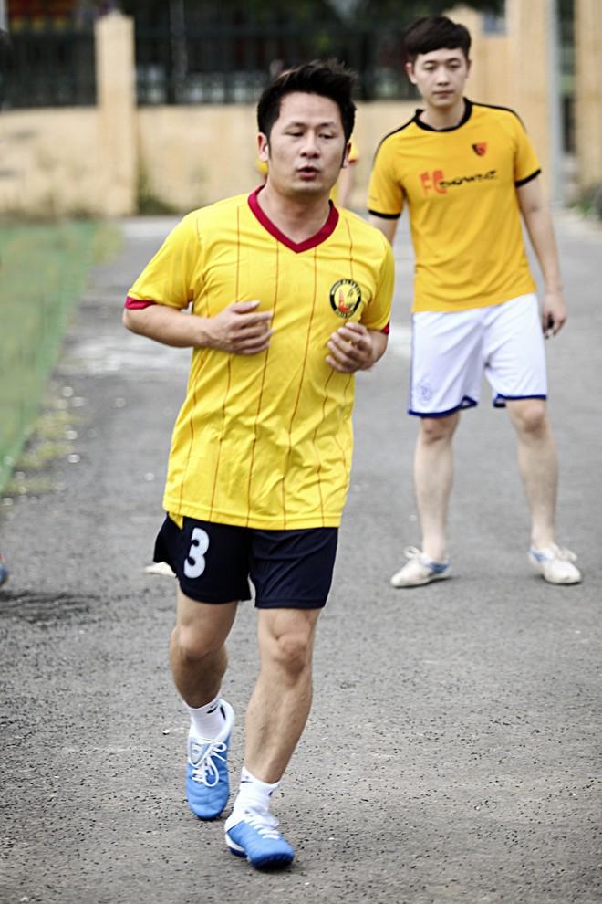 Vừa về đến Việt Nam, Bằng Kiều đã đối đầu Tuấn Hưng trên sân bóng 4