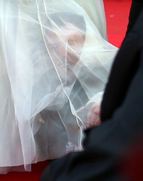 Nhà báo gây sốc khi chui vào váy ngôi sao 'Cô gái xấu xí' 5
