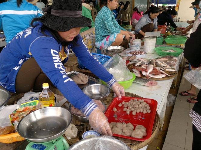 Kinh hãi chế biến chả cá bằng hóa chất, kháng sinh độc hại 2
