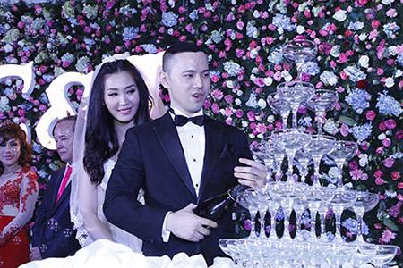Cô dâu Thuỳ Trang lấp ló ngực đầy 4
