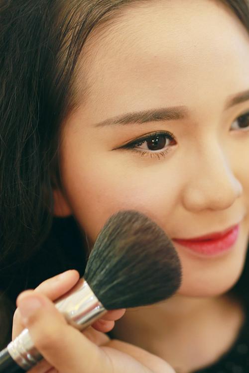 Make up che mụn với lớp nền mỏng mịn 8