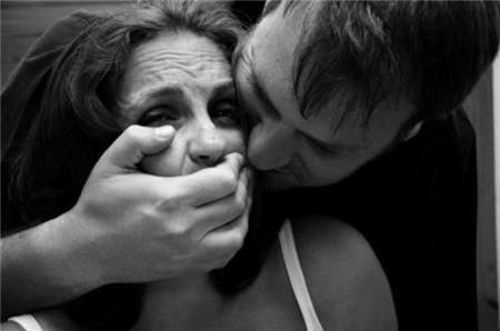 """Bị cắn đứt lưỡi khi cưỡng hôn, """"dê xồm"""" đòi bồi thường 1"""