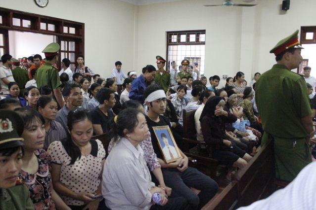 """Quang cảnh đầy nước mắt phiên tòa xử vụ """"quan tài diễu phố"""" 2"""