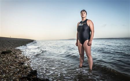 Người phụ nữ bơi 26 tiếng quanh hòn đảo Anh 1