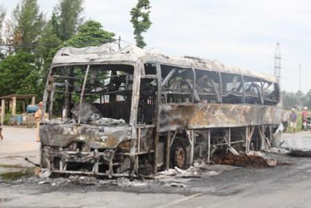 Kinh hãi xe khách giường nằm bốc cháy, QL1A tắc nghẽn nghiêm trọng 7