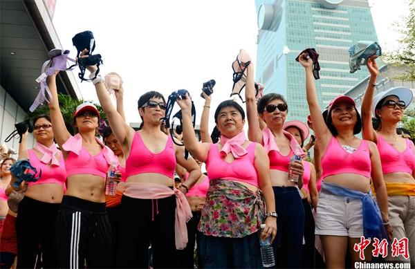 Nam thanh nữ tú tự tin mặc áo lót hồng chạy bộ trên đường 6