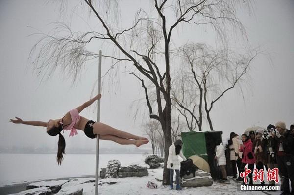 Ngắm thiếu nữ múa cột giữa băng tuyết 4