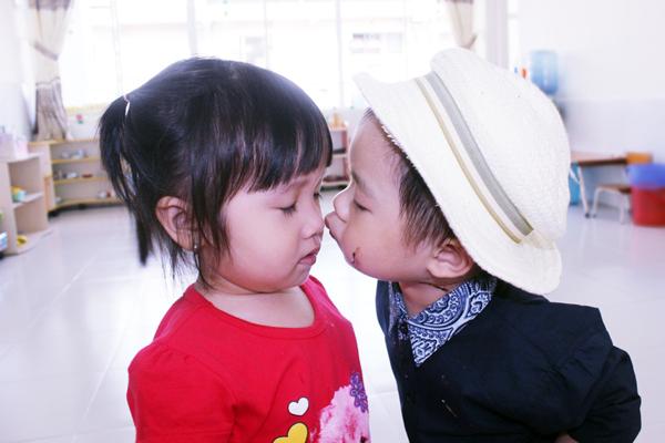 Con trai Lý Hải đòi hôn bạn gái cùng lớp trong sinh nhật 2 tuổi 4