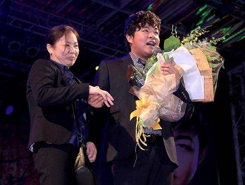Quang Lê tặng fan nữ một nụ hôn ngọt ngào trên sân khấu 4