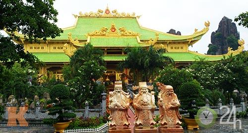Chiêm ngưỡng đền thờ dát vàng giá ngàn tỷ tại Việt Nam 1