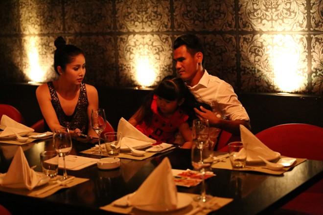 Phan Thanh Bình đưa vợ đẹp, con xinh đi chơi khuya 9
