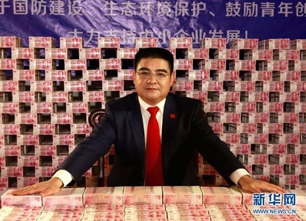 """Đại gia Trung Quốc gây sốc khi ngồi giữa """"núi"""" tiền 2"""