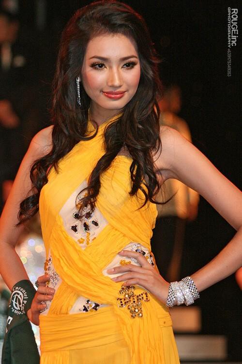 Những sự cố đáng tiếc của các người đẹp Việt trên đấu trường quốc tế 3