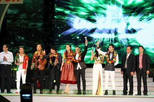 Cao Thái Sơn khiến khán giả 'nổi da gà' khi chụm đầu ôm eo 'bạn trai' trên sân khấu 19